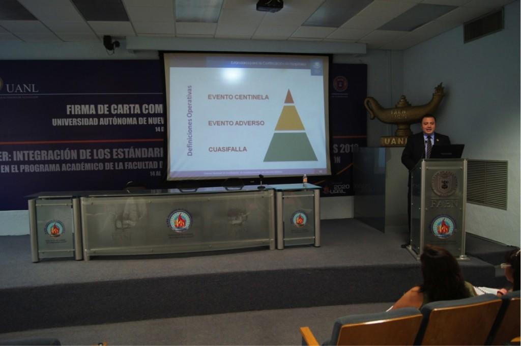 El Lic. Angel Fernando Galván García, Director General Adjunto de Articulación del Consejo de salubridad General, impartiendo temáticas del curso de inducción